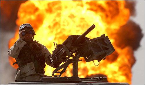 2003년 이라크군이 퇴각하면서 불을 지른 이라크 남부 루메일라 유전에서 미군병사가 쌍안경으로 주변을 살피고 있다. 2003년 이라크군이 퇴각하면서 불을 지른 이라크 남부 루메일라 유전에서 미군병사가 쌍안경으로 주변을 살피고 있다.